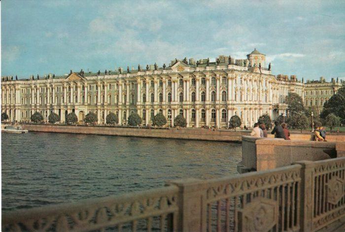 Грандиозное строение, которое является старейшим зданием на Дворцовой площади.