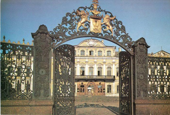 Бывший Шереметевский дворец.