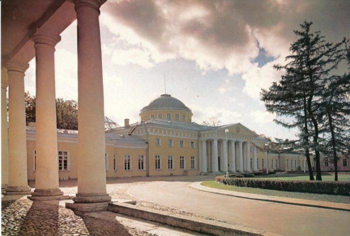 Один из лучших архитектурных памятников русского классицизма, был подарен Екатериной II своему фавориту - князю Григорию Потемкину.