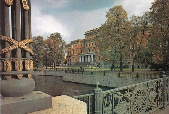 Бывший императорский дворец в центре Санкт-Петербурга, построенный по заказу императора Павла I.