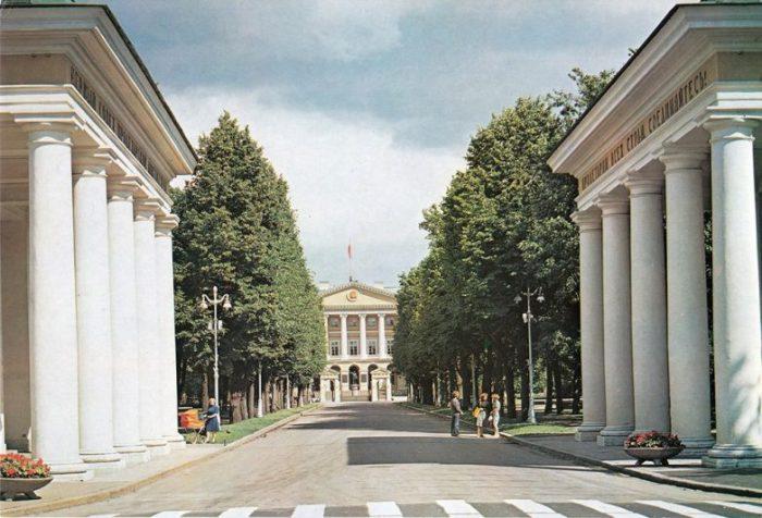 Смольный - штаб великой Октябрьской социалистической революции.