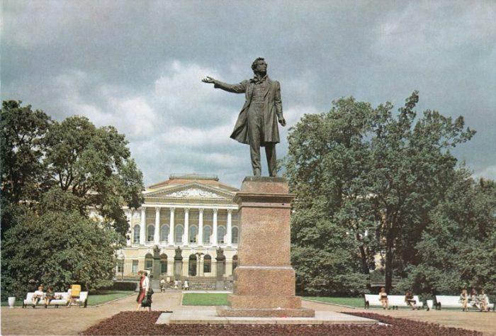 Бронзовая четырехметровая фигура Пушкина возвышается на четырехгранном постаменте, в центре сквера площади Искусств.