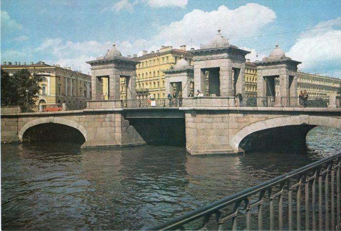 Памятник архитектуры XVIII века, расположен на пересечении улицы Ломоносова и проходит через реку Фонтанку.