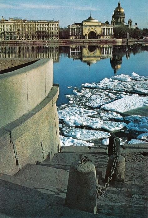 Вид от Университетской набережной.