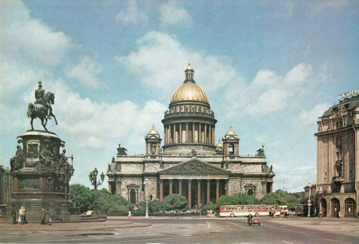 Включает в себя четыре уникальных памятника культовой архитектуры и искусства.