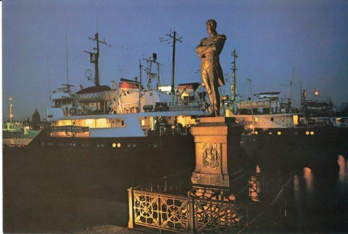 Прекрасно найденные пропорции статуи и пьедестала делают его выразительным акцентом в панораме застройки набережной.