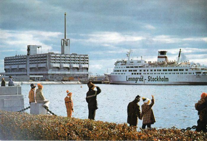 Расположен на площади Морской Славы, на западной оконечности Васильевского острова.