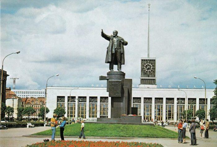 Является одним из первых произведений монументальной скульптуры советского периода.