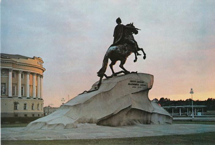 Расположен в центре Сенатской площади.