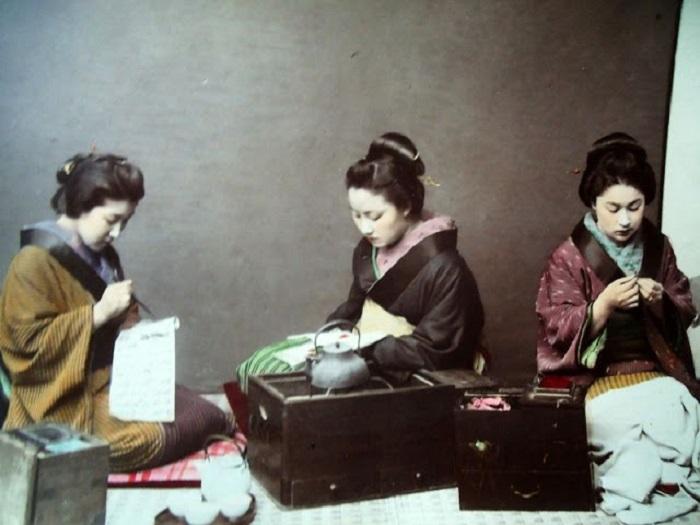 Девушки в свободное время учатся вышивать, писать и читать.