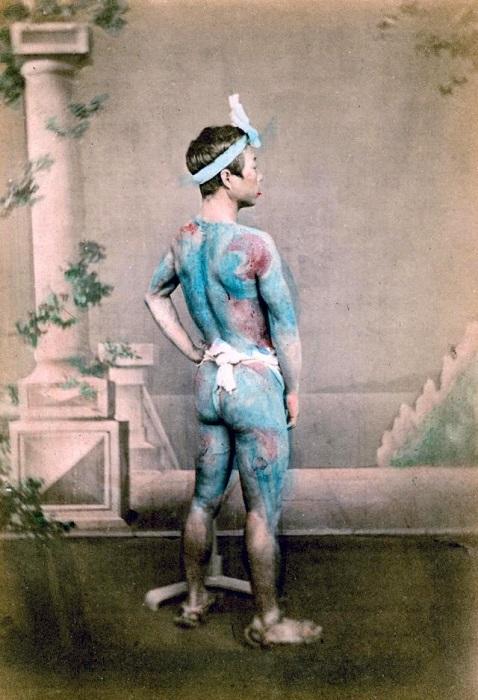 Японский воин или самурай с татуировками на теле.