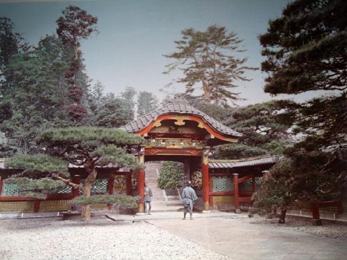 За красными воротами начинается длинная лестница, которая ведет на священную территорию.