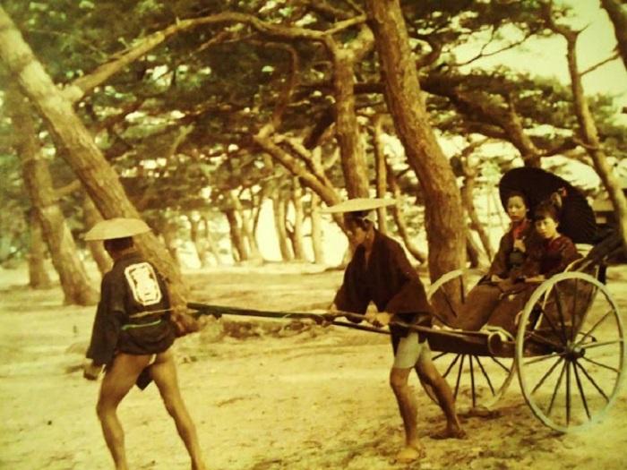 Рикши перевозят женщин из состоятельной семьи.