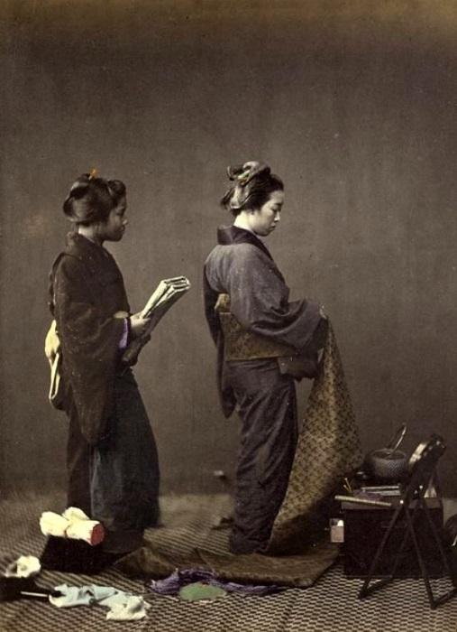Женщина–аристократка выбирает ткань для пошива кимоно.