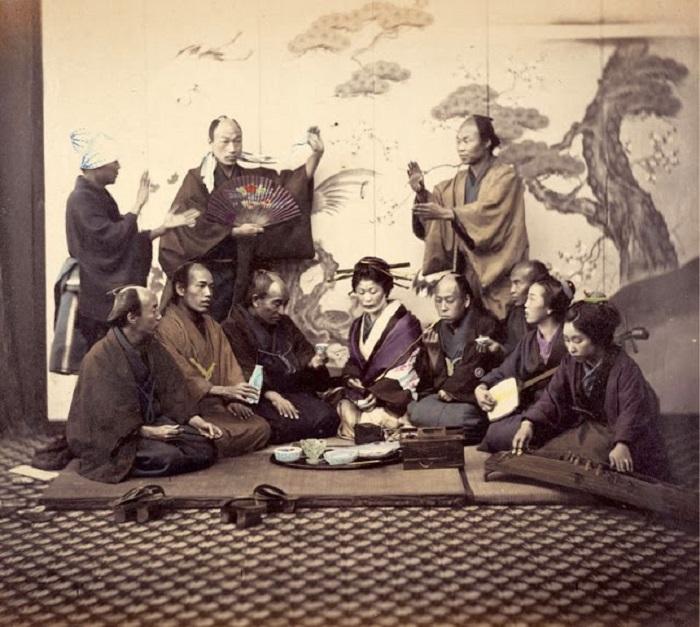 Мужчины и женщины во время обеденного перерыва.