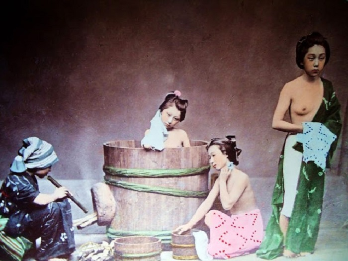 Японские красавицы принимают горячие паровые ванны с ароматическими маслами.