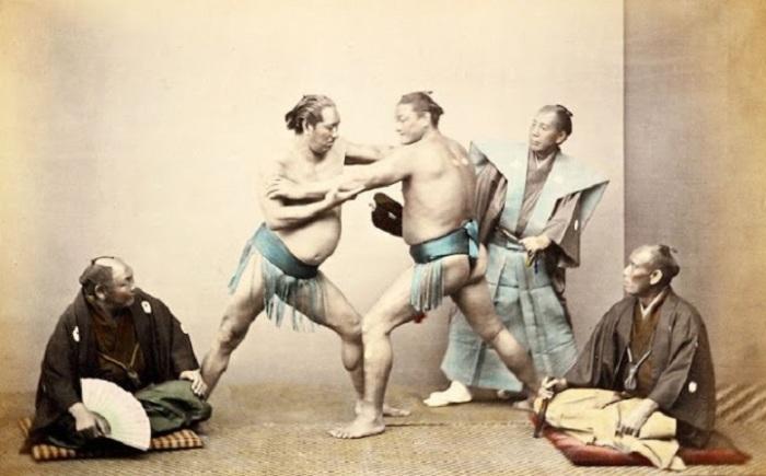 В поединке участвуют два борца в набедренных повязках, которые обматываются несколько раз вокруг пояса и проходят между ног.