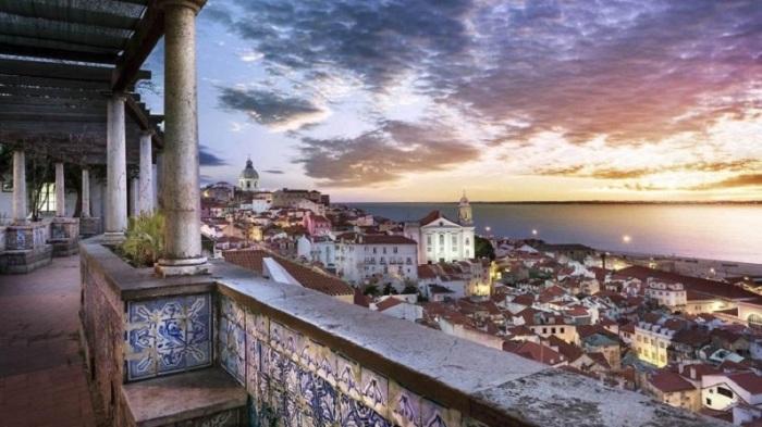 Терраса с видом на центр Лиссабона, Байшу и склон, на котором расположен замок Святого Георгия.