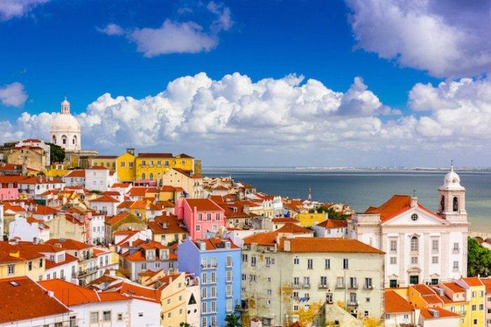 Самый старый квартал Лиссабона простирается от замка Святого Георгия, возвышающегося над городом, до берега реки Тежу.