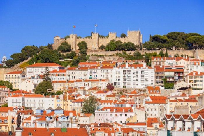 Замок расположен на вершине холма в районе Алфама, является одним из самых старейших сокровищ Лиссабона.