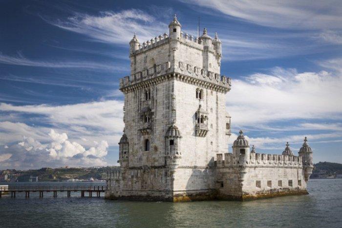 Башня расположена на клочке земли, который когда-то был островом на реке Тежу.