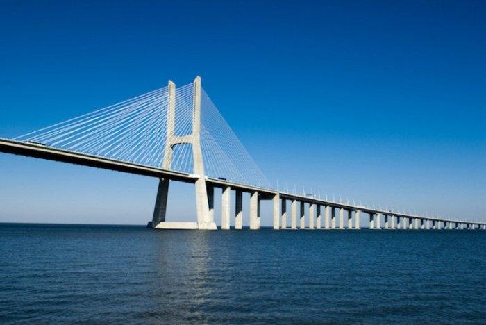 Самый длинный мост Европы протяженностью в 17,2 км простирается через реку Тежу к северо-востоку от Лиссабона.