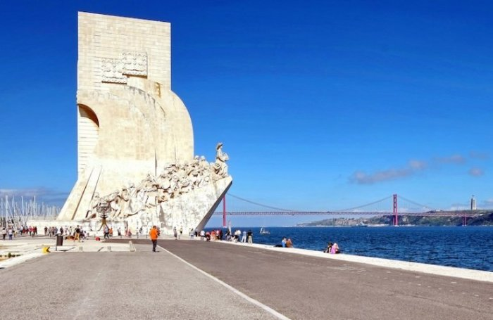 Памятник высотой 56 метров в форме каравеллы был открыт в 1960 году, расположен на Беленской набережной реки Тежу.