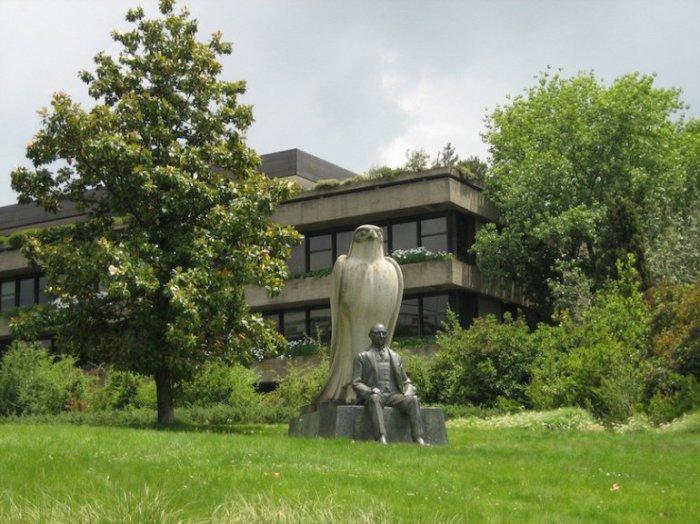 Крупнейший художественный музей Португалии, был открыт в октябре 1969 года по завещанию миллиардера армянского происхождения, нефтяного магната Галуста Гюльбенкяна.