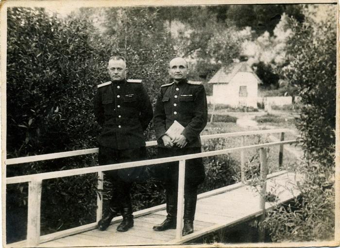 Офицеры на территории старого управление Госбезопасности в Гродно по улице Горького. 1947 год.