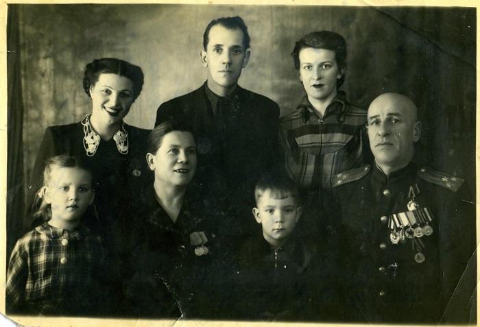 Полковник Никулин Дмитрий Георгиевич (1-й справа в первом ряду) и его супруга, Никулина Екатерина Васильевна (2-я слева в первом ряду). 1954 год.
