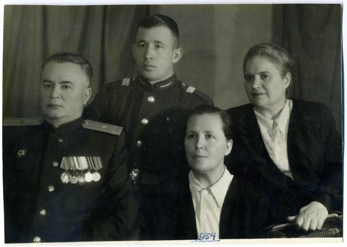 Полковник Маевский в кругу семьи. Киев, 1954 год.
