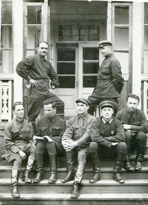Группа чекистов позируют для снимка.