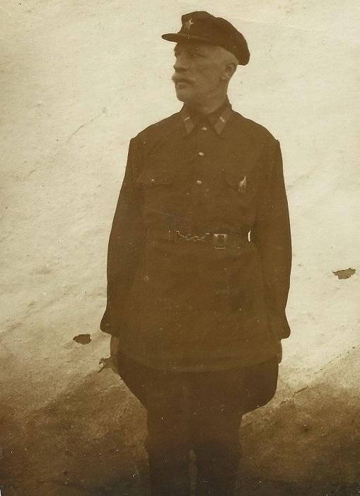 Охрану заключённых в лагерях осуществлял специальный военизированный состав ГУЛАГа.