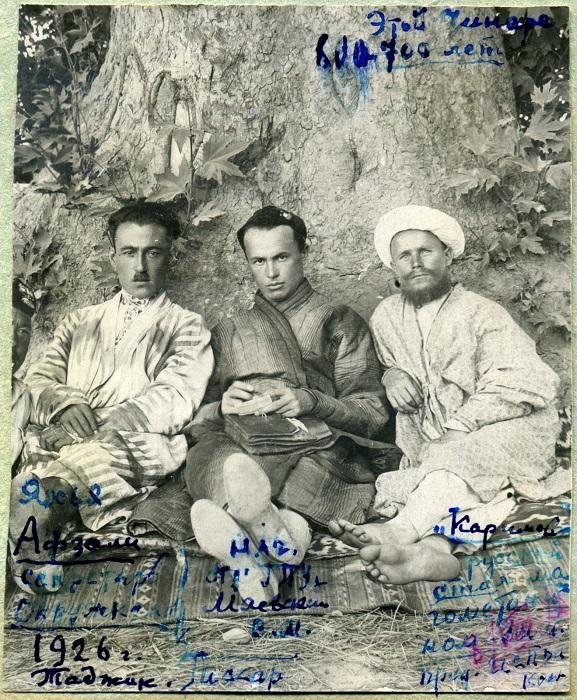 Яхья Афзали, секретарь Гиссарского окружкома, Маевский В.М., начальник Гиссарского отделения ГПУ, Каримов (принявший ислам русский), зам. председателя Гиссарского исполкома в городе Гиссар, 1926 год.