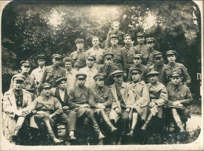 Фотография группы людей датирована 1928 годом.