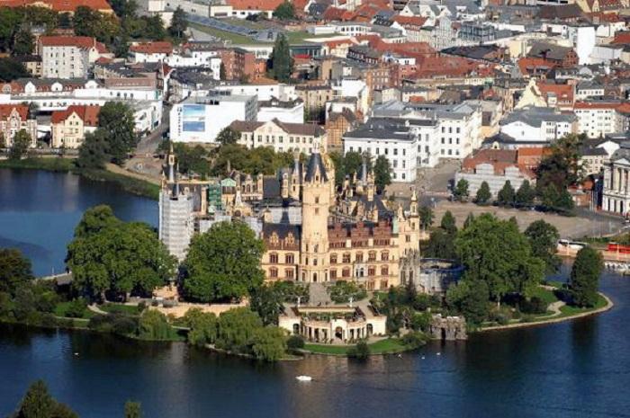 Построенный в романтичном уголке, в течение многих веков он был домом великих герцогов Мекленбургских.