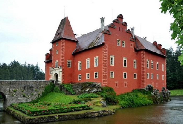 Ярко-красное ренессансное здание в южной Чехии ежегодно привлекает десятки тысяч туристов.