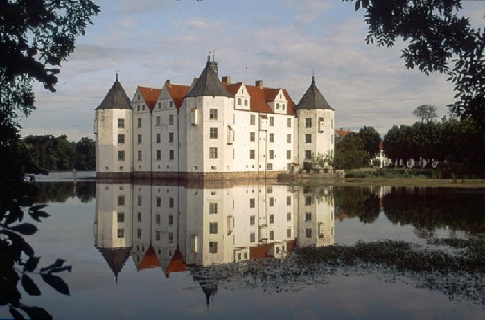 Возведенный в 16 веке, замок считается уникальным в своем роде, поскольку он со всех сторон окружен водой.