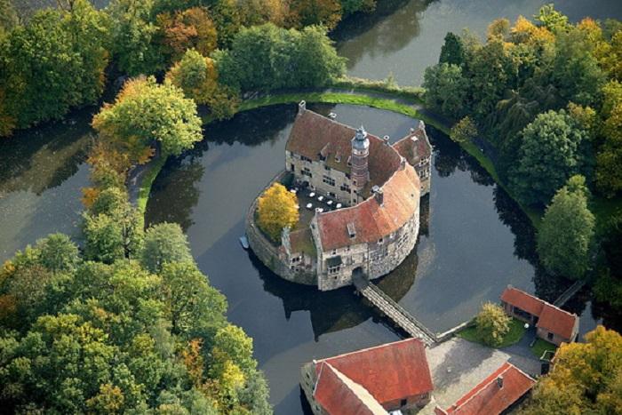 Расположеная в центре природного заповедника, крепость является одним из прекраснейших старинных замков Германии.