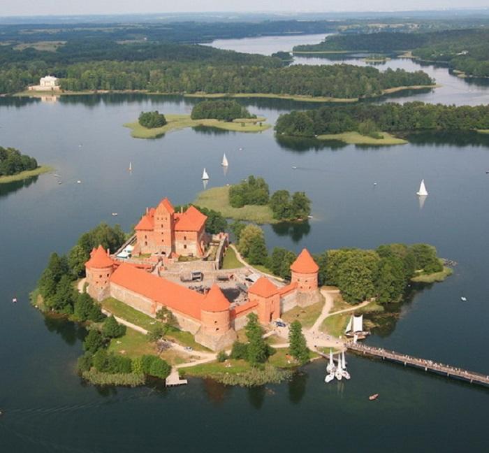 Расположенный на озере Галве, замок был одним из главных центров Великого Герцогства Литовского.