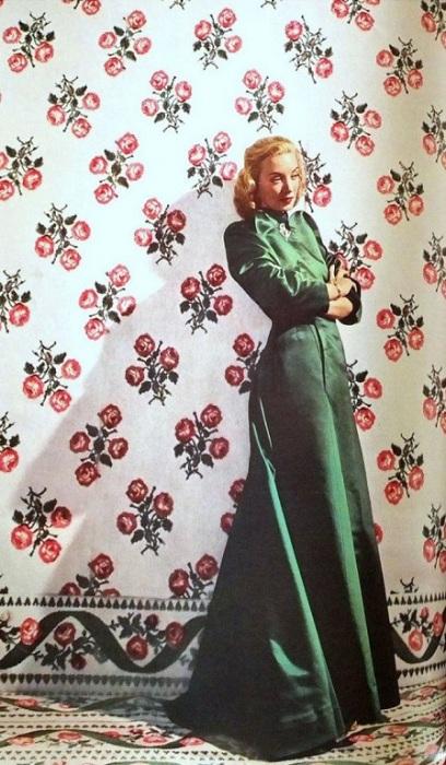 Модель Лиз Гиббонс в вечернем зеленом атласном пальто англо-американского модельера Чарльза Джеймса (Charles James).