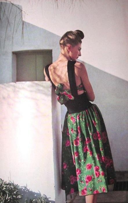 Известная модель Бижу Баррингтон в летнем платье с цветочным принтом.