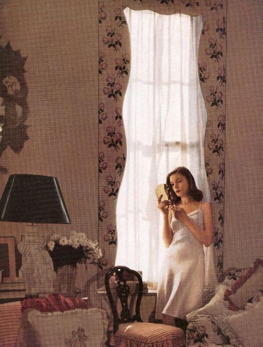 Модель Бетти Бэколл (Betty Bacall) позирует в номере отеля «Риц» в Нью-Йорке.