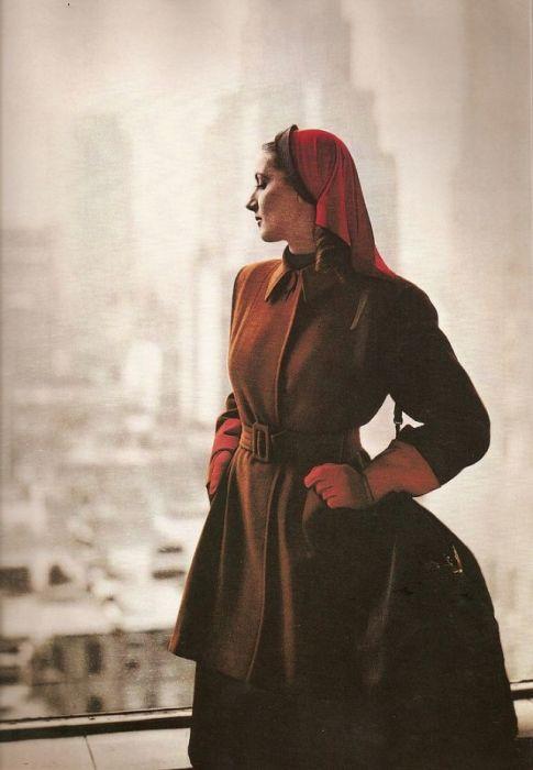 Ленор Саймон (Lenore Simon) в осеннем пальто от Roxspun и необычной шляпке от дизайнера Хэтти Карнеги (Hattie Carnegie).