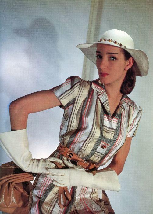 Модель в полосатом платье с кожаными аксессуарами от модельера Джо Копленда (Jo Copeland).
