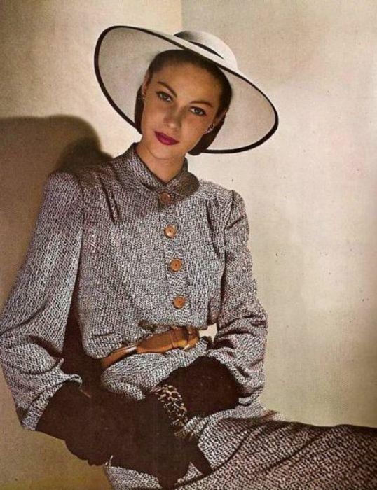 Модель в платье-карандаше, декорированном пуговицами, от знаменитого лейбла «Traina-Norell».
