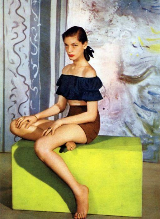 Лорен Бэколл (Lauren Bacall) в темно-синем топе и коричневых шортах с высокой талией от модного дизайнера Каролин Шнерер (Carolyn Schnurer).