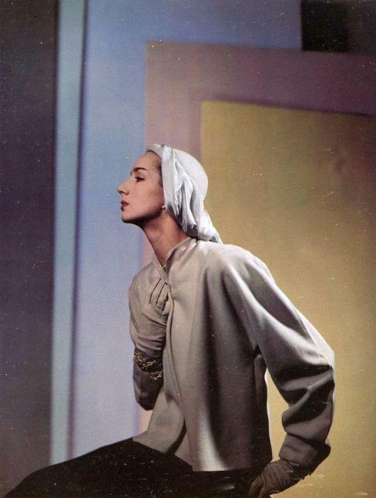Модель в серо-голубой куртке с широкими рукавами от франко-американского кутюрье Полины Тригер (Pauline Trigеre).