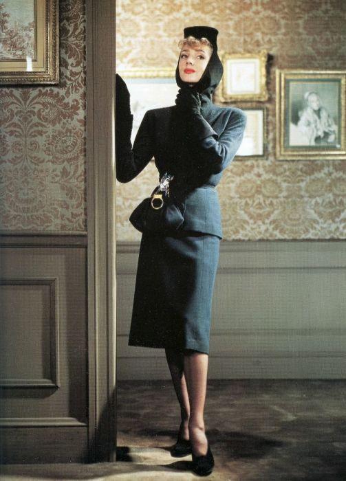 Модель в костюме от австро-американского модельера Нетти Розенштейн (Nettie Rosenstein).