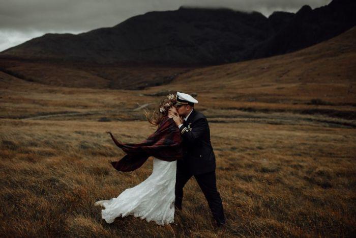 Нежный и романтичый поцелуй на живописном острове Шотландии. Автор фотографии: (Radu Benjamin) Раду Бенджамин.